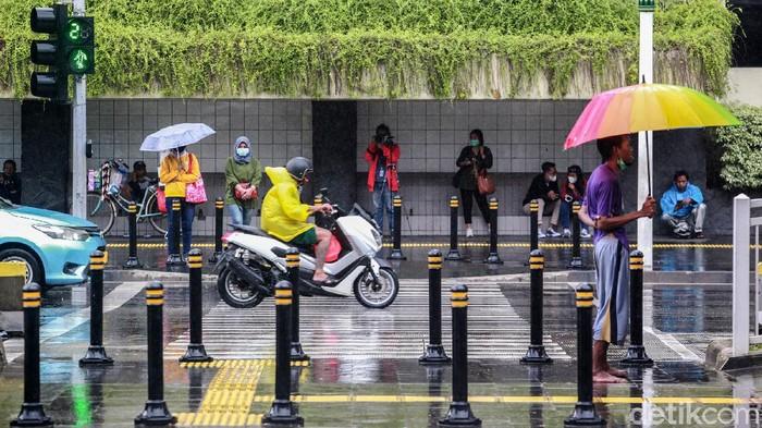 Kondisi cuaca ekstrem di Indonesia membuat warga diminta waspada akan terjadinya bencana hidrometeorologis mulai dari hujan lebat hingga banjir-tanah longsor.