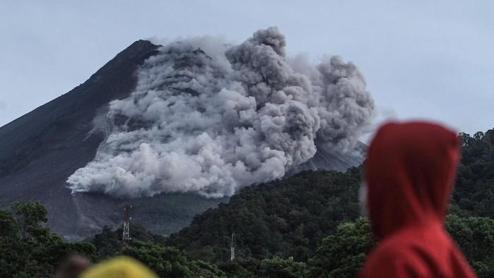 Awan panas guguran Gunung Merapi terlihat dari Kaliurang, Sleman, DI Yogyakarta, Rabu (27/1/2021). Balai Penyelidikan dan Pengembangan Teknologi Kebencanaan Geologi (BPPTKG) menyatakan pada tanggal 27 Januari 2021 telah terjadi awan panas guguran di Gunung Merapi dengan jarak luncur maksimal 1200 meter ke arah hulu Sungai Krasak. ANTARA FOTO/Hendra Nurdiyansyah/hp.