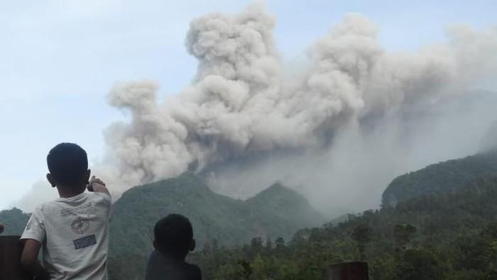 Gunung Merapi erupsi dilihat dari Desa Sidorejo, Kecamatan Kemalang, Klaten, Rabu (27/1/2021).