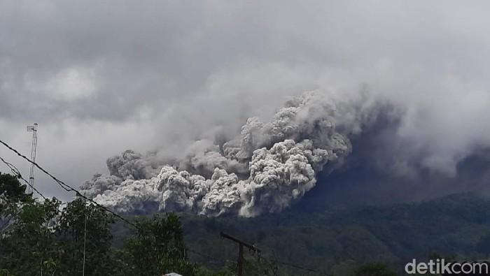 Gunung Merapi erupsi, dilihat dari Ngrangkah, Umbulharjo, Cangkringan, Kabupaten Sleman, Rabu (27/1/2021).