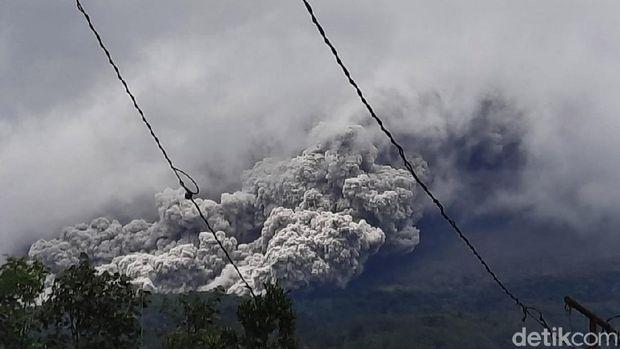Gunung Merapi erupsi Rabu (27/1) siang ini. Warga yang berada di kawasan rawan bencana pun turun untuk mengevakuasi diri ke tempat yang lebih aman.