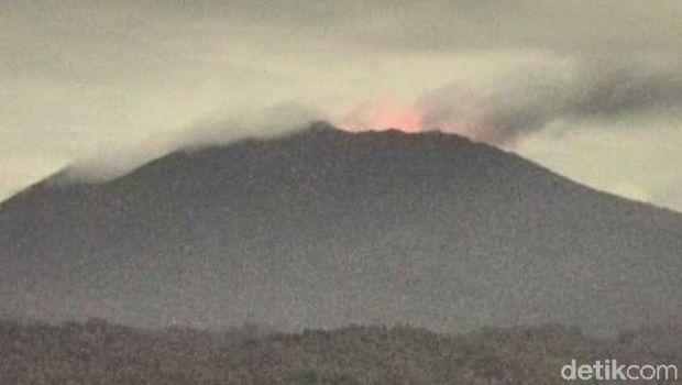 Gunung Raung erupsi hingga saat ini. Pos Pengamatan Gunung Api (PPGA) Raung mengamati adanya suara gemuruh dalam aktivitas vulkanik pagi tadi.