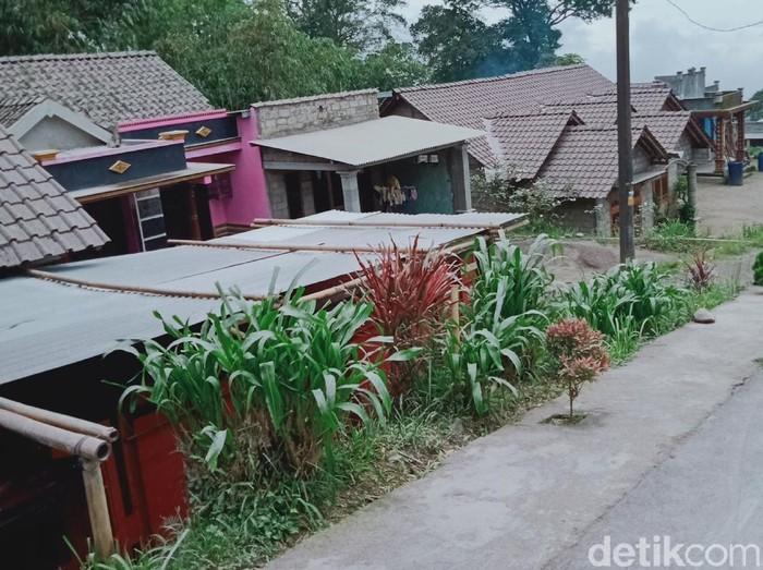 Hujan abu erupsi Gunung Merapi turun di Desa Tegalmulyo, Kecamatan Kemalang, Klaten, Rabu (27/1/2021).
