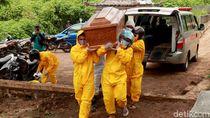 Momen Keluarga Gotong Sendiri Jenazah COVID-19 Karena Relawan Mogok