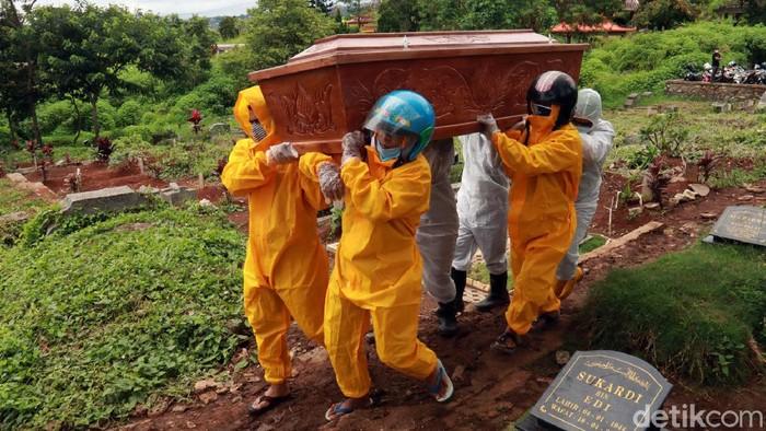 Tukang pikul peti jenazah COVID-19 di TPU Cikadut Bandung tak beroperasi hari ini. Keluarga pun memikul sendiri peti jenazah pasien COVID-19 untuk dimakamkan.