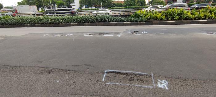 Jl MT Haryono ke arah Pancoran masih bopeng-bopeng