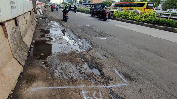 Jl MT Haryono ke arah Pancoran masih bopeng-bopeng.