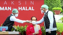 Jokowi Jalani Vaksinasi Ke-2 di Istana, Begini Momennya