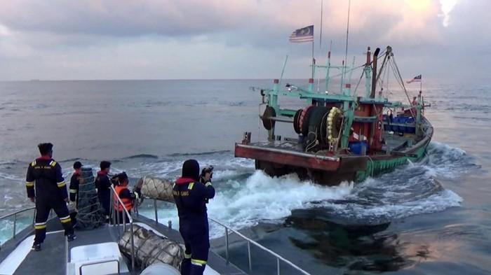 Kementerian Kelautan dan Perikanan (KKP) Bertempur selama kurang lebih 5 hari dengan para pencuri ikan yang menggunakan kapal asing berbendera Malaysia di perairan RI.