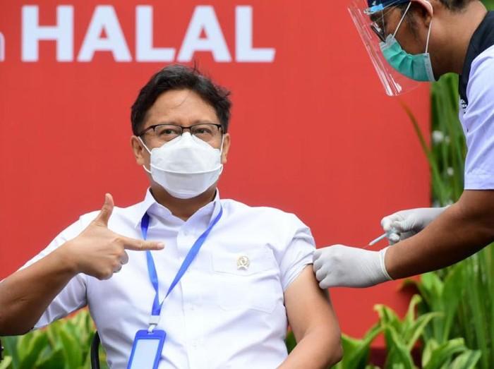 Menkes Budi Gunadi merima Vaksinasi COVID-19 Tahap Kedua di Istana Kepresidenan Jakarta, Rabu, 27 Januari 2021. (Muchlis - Biro Setpres)