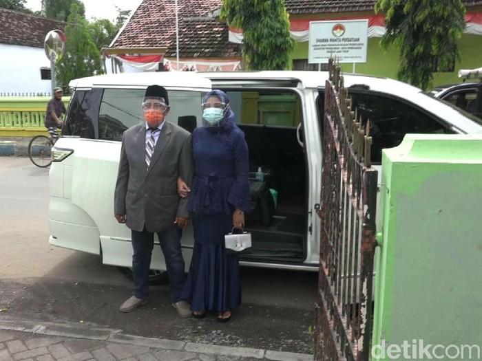 Untuk pertama kalinya, mobil dinas Wali Kota Probolinggo jadi kendaraan nikah warganya. Seperti apa keseruannya?