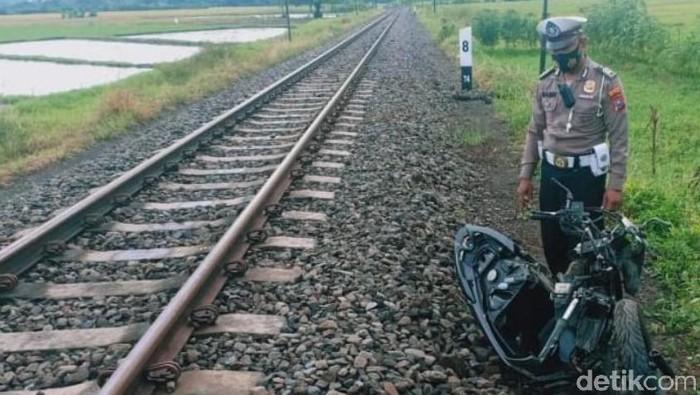 nyaris tertabrak kereta api