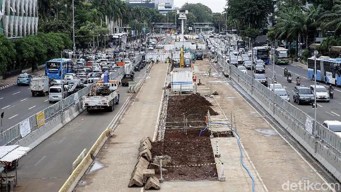 Pandemi COVID-19 berdampak ke berbagai sektor di Indonesia. Pembangunan MRT Jakarta fase II pun dipastikan mundur akibat terdampak pandemi.