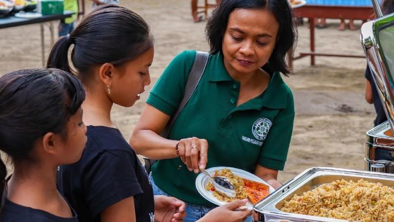 Pembagian makanan di W Bali