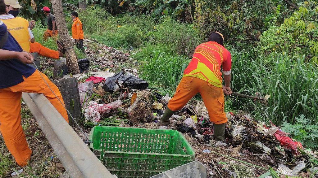 Petugas DLH Bersihkan Sampah di Jalan Akses Tol JORR Kalimalang Bekasi