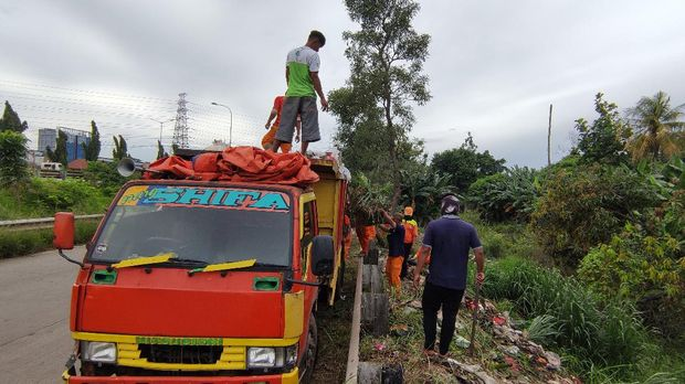 Petugas bersihkan sampah di pinggir Jalan Tol Kalimalang Bekasi (Taufieq/detikcom