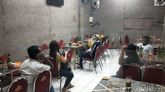 Polisi Surabaya menggelar razia tempat rekreasi hiburan umum (RHU) yang nekat buka saat PPKM. Ada puluhan orang yang diangkut ke Mapolrestabes Surabaya.