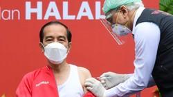 Jokowi Pakai Kaus Kutang Saat Vaksinasi Ke-2 di Istana, Ini Alasannya