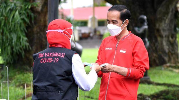 Presiden Joko Widodo (Jokowi) menerima suntikan dosis kedua vaksin Covid-19 pada Rabu, 27 Januari 2021, di sisi barat halaman tengah Istana Kepresidenan, Jakarta. Dua minggu lalu, tepatnya pada 13 Januari 2021, Presiden menjadi orang pertama yang menerima suntikan dosis vaksin dalam program vaksinasi massal secara gratis di Indonesia.