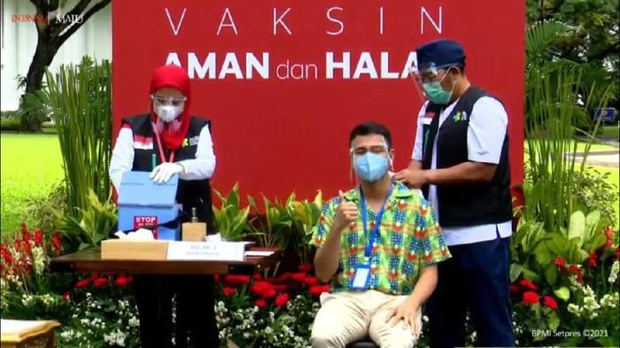 Raffi Ahmad jalani vaksinasi ke-2 (Foto: YouTube Sekretariat Presiden)