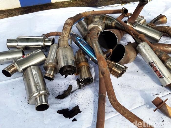 Sebanyak 250 knalpot brong dimusnahkan oleh Satlantas Polres Boyolali. Ratusan knalpot itu dimusnahkan dengan cara digergaji menggunakan gerinda.