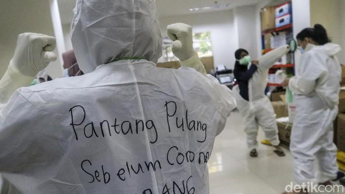 Pasien COVID-19 berolahraga di Rumah Sakit Darurat (RSD) COVID-19, Wisma Atlet Kemayoran, Jakarta, Selasa (26/1/2021). Satuan Tugas Penanganan COVID-19 Pusat mengumumkan per Selasa (26/1) pukul 15.55 WIB, terdapat penambahan jumlah kasus terkonfirmasi positif COVID-19 sebanyak 13.094 orang sehingga total telah mencapai 1.012.350 kasus di Indonesia.  ANTARA FOTO/M Risyal Hidayat/wsj.