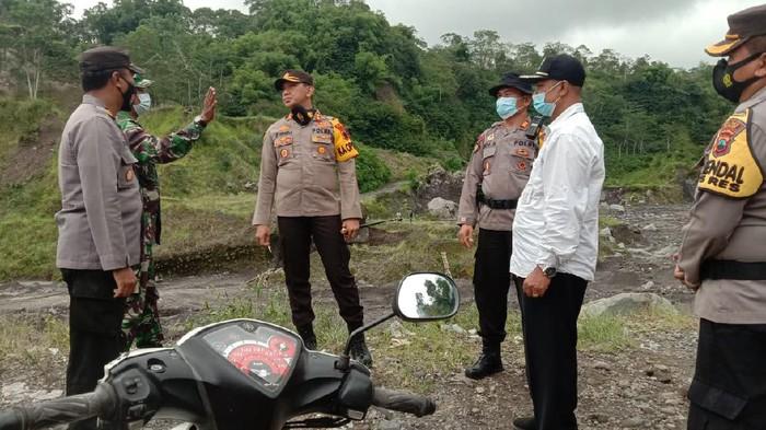 Tim patroli Muspika dan polisi mengecek para penambang pasir di Sungai Woro Klaten, Rabu (27/1/2021)