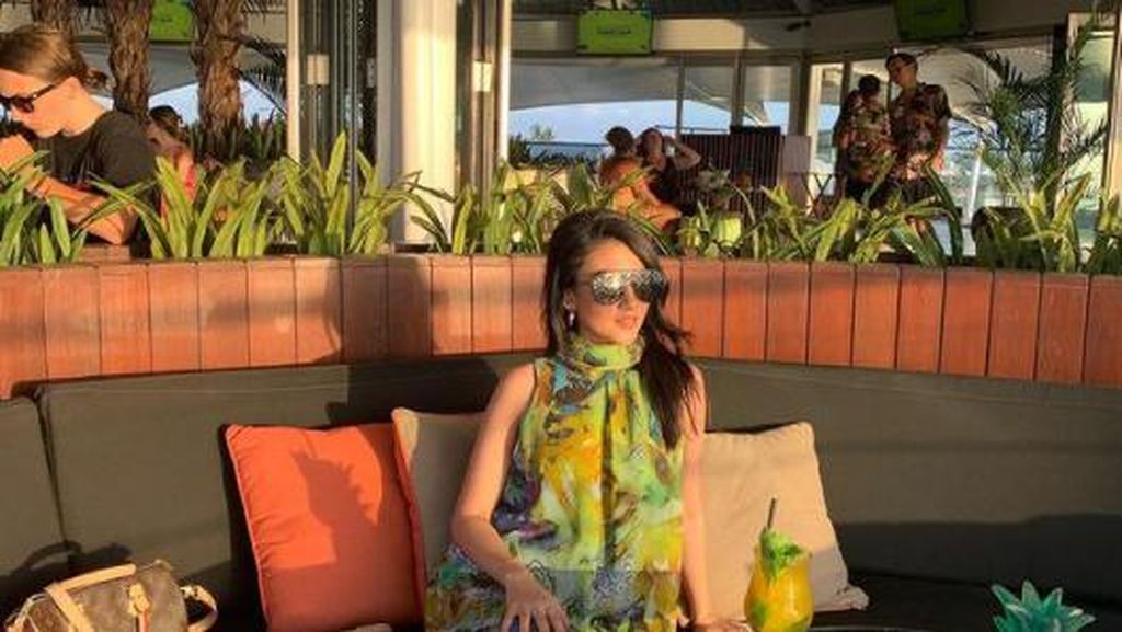 Momen Kuliner Tsania Marwa yang Suka Foto Cantik di Kafe