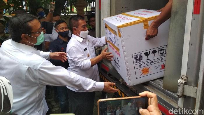 Vaksin COVID-19 tiba di Cirebon.