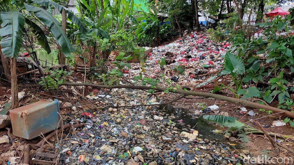 Waduh, Sampah Menumpuk di Pinggir Empang Jatimakmur