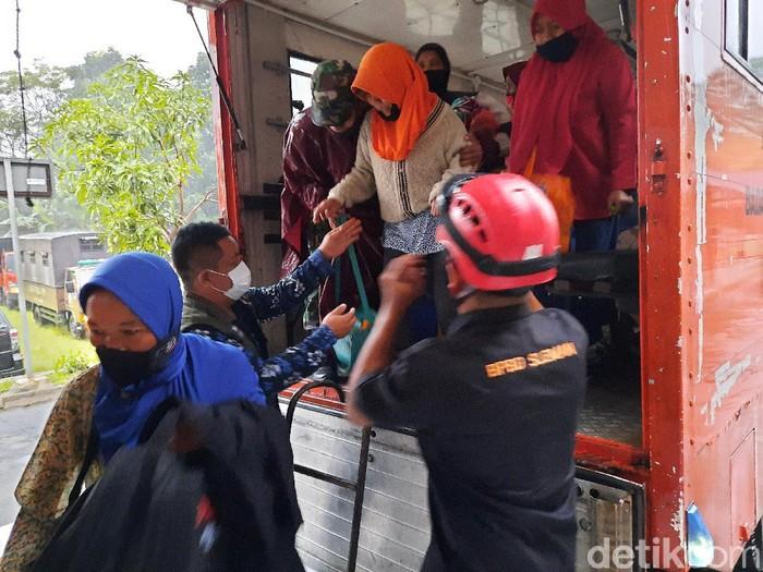 Warga Padukuhan Turgo tiba di barak pengungsian Purwobinangun, Pakem, Sleman, Rabu (27/1/2021).