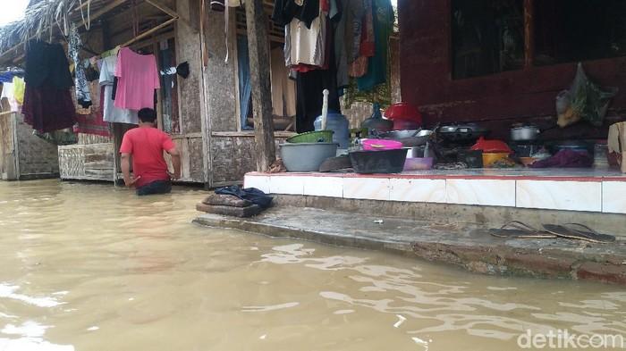 Sebanyak 518 KK di Desa Surianeun, Kecamatan Patia, Pandeglang, Banten, terdampak banjir imbas luapan Sungai Cilemer. ketinggian banjir bahkan mencapai 1 meter.