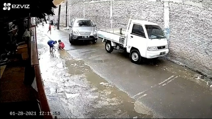 Seorang bocah berusia 5 tahun sedang asik bermain di Kembangan, Jakarta Pusat. Namun tiba-tiba sebuah mobil yang sedang parkir hendak melaju dan menabrak si bocah hingga terlindas.