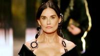 Diduga Oplas, Wajah Demi Moore Hampir Tak Dikenali di Catwalk Fendi