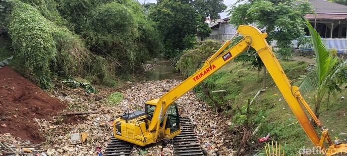 Ekskavator angkut sampah dari Kali Baru Cijantung, Cimanggis, 28 Januari 2021. (Taufieq Renaldi Arfiansyah/detikcom)