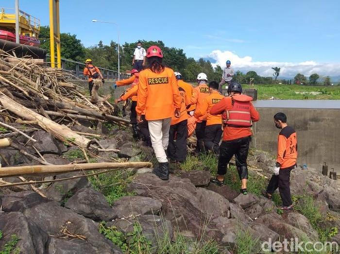 Evakuasi jasad boccah 9 tahun dari Waduk Mrica, Banjarnegara, Kamis (28/1/2021).
