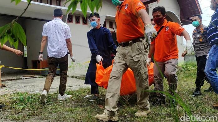 Pegawai Pengadilan Tinggi (PT) Agama Pekanbaru, Rioco Hendra (35), ditemukan tewas terbakar di rumah kosong. Saat ini jenazah telah dievakuasi oleh polisi.