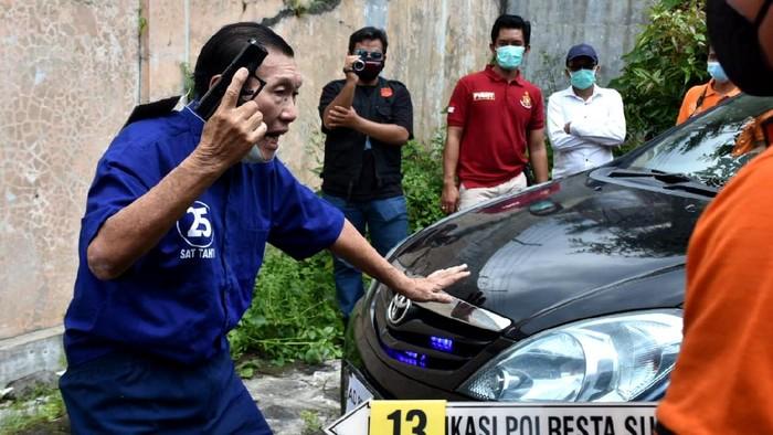 Polisi menggelar rekonstruksi aksi 'koboi' penembakan mobil bos tekstil di Solo. Berikut foto-foto reka ulangnya.
