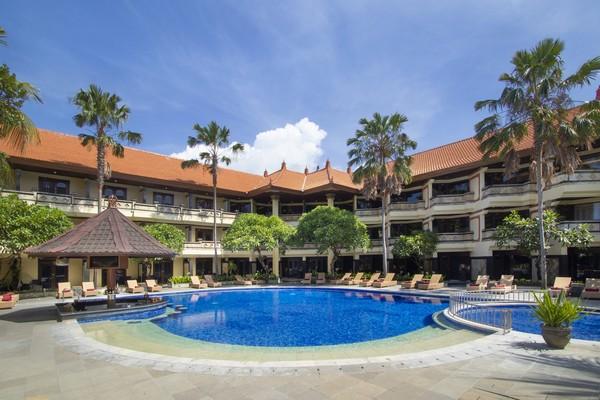 Hotel ini punya beberapa kolam renang. Yang ini Sunset Pool, tentu saja bisa lihat sunset. (Grand Inna Kuta)