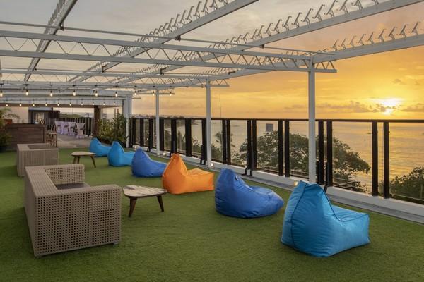 Kalau mau nongkrong di rooftop, traveler juga bisa menikmati sunset, kok. (Grand Inna Kuta)