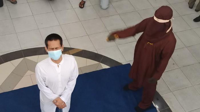 Hukum cambuk terhadap pasangan gay di Banda Aceh (Agus Setyadi-detikcom)
