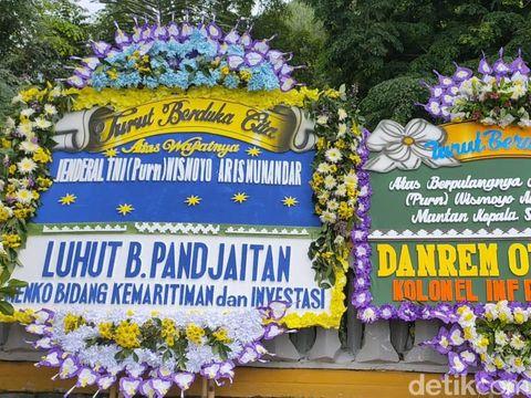 Karangan bunga duka cita wafatnya Wismoyo Arismunanda berderet di Astana Giribangun, Karanganyar, Kamis (28/1/2021).