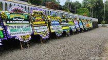 Deretan Karangan Bunga Hiasi Astana Giribangun