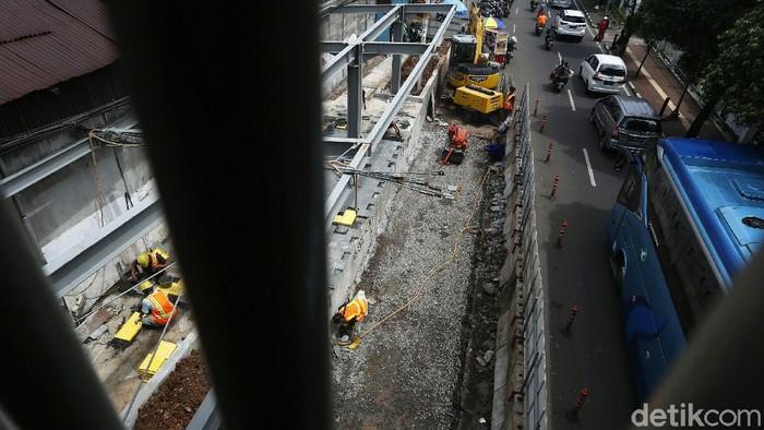 Proyek penataan kawasan Stasiun Palmerah, Jakarta, terus dikebut. Salah satunya adalah pembangunan selter untuk bus, angkot, dan ojek online.