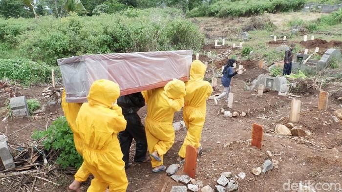 Keluarga pikul sendiri jenazah covid-19 di TPU cikadut