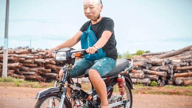 Kumpulan meme kakek Sugiono jadi anak motor drag