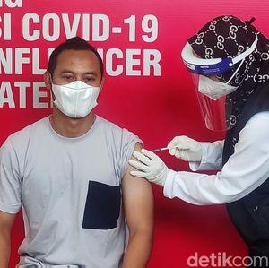 Momen Legenda Persib Lord Atep Disuntik Vaksin di Cianjur