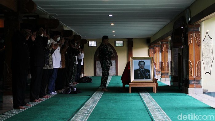 Jenazah mantan Kepala Staf Angkatan Darat (KSAD) Jenderal TNI (Purn) Wismoyo Arismunandar dimakamkam di Astana Giribangun, Matesih, Karanganyar, Jawa Tengah.