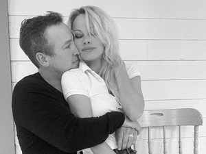 Pamela Anderson Dinikahi Pengawal Pribadinya, Kini Dituduh Jadi Pelakor