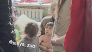 Parah! Wanita Ini Tega Beri Makan Daging Anjing Liar ke Anaknya